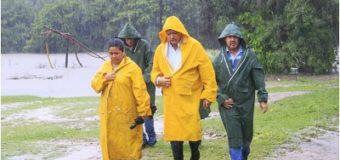 El gobernador recorrió zonas inundadas, se reunió con intendentes y habló con Macri