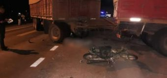 Adolescente de 14 años muere y su hermano de 17 agoniza al chocar moto con camión