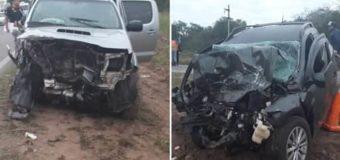Madrugada trágica: dos muertos en impresionate choque frontal de camionetas