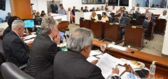 García Amud, Aurelio Díaz, Juan Pedrini, Roy Nikisch, Hugo Sager, Rodolfo Schwartz, con expresiones de preocupación en el recinto