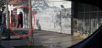 Otra vez, Wischnivetzky violando la prisión domiciliaria pasea por el barrio