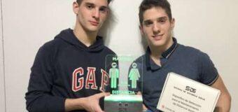 Dos chicos de 16 años inventaron un dispositivo para medir el distanciamiento social