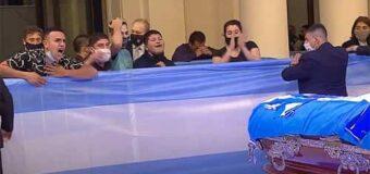 A cajón cerrado, durante 10 horas, velan a Maradona en Casa Rosada
