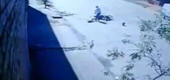 Mujer atacada por motochorro queda grave al caer de su moto