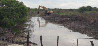 Vialidad Provincial limpia canales en el sudoeste chaqueño