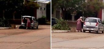 Abuela arroja basura en pleno centro, avenida 2 esquina 15