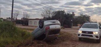 Volcó el auto de su amigo tras un despiste