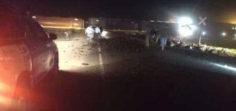 Camión impacta contra uno de los vagones del tren